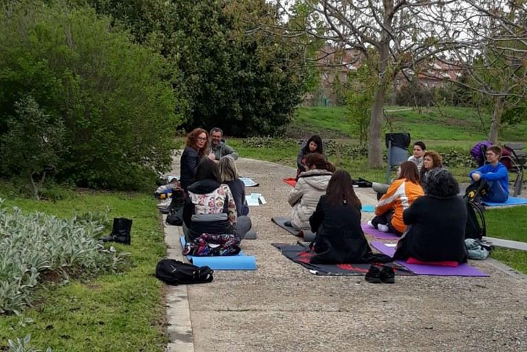 """Dotze persones al taller de """"mindfulness"""" celebrat a l'Arborètum de Lleida"""
